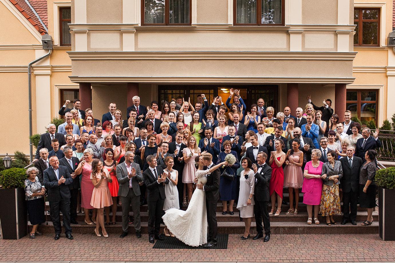 zdjęcie grupowe podczas wesela