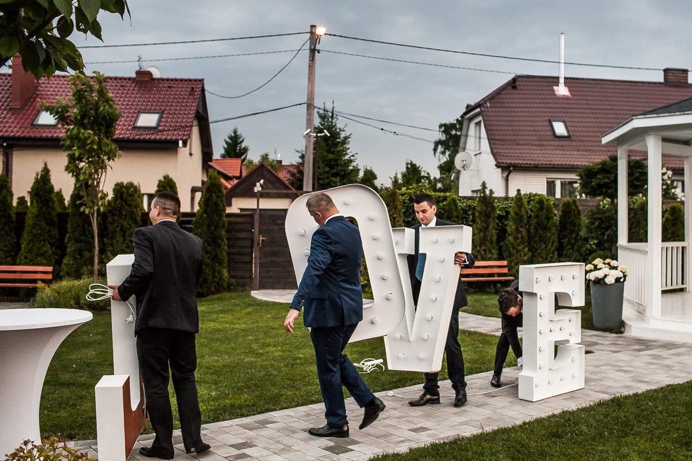 fotografia ślubna z love w tle