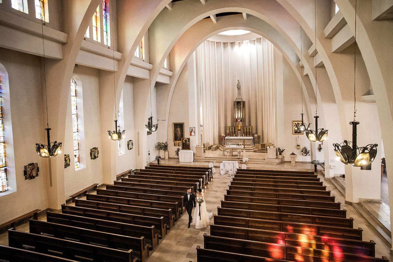ślub w modernistycznym kościele