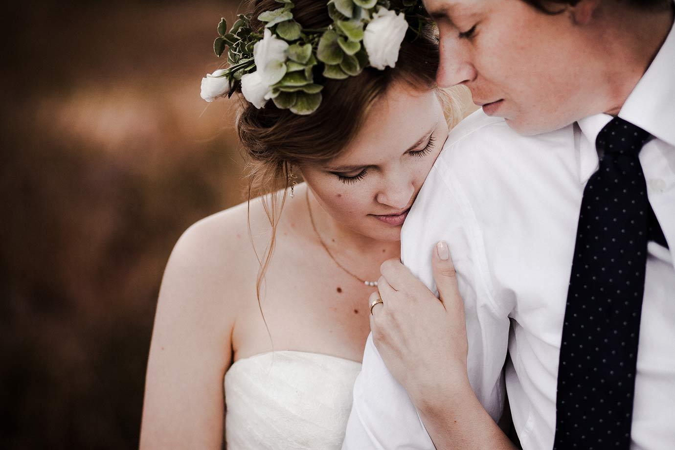 wrzosy jako tło do zdjęć ślubnych