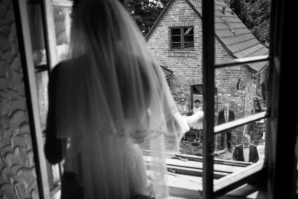 Panna młoda w oknie