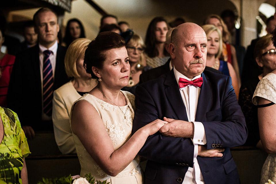 wzruszeni rodzice podczas ślubu