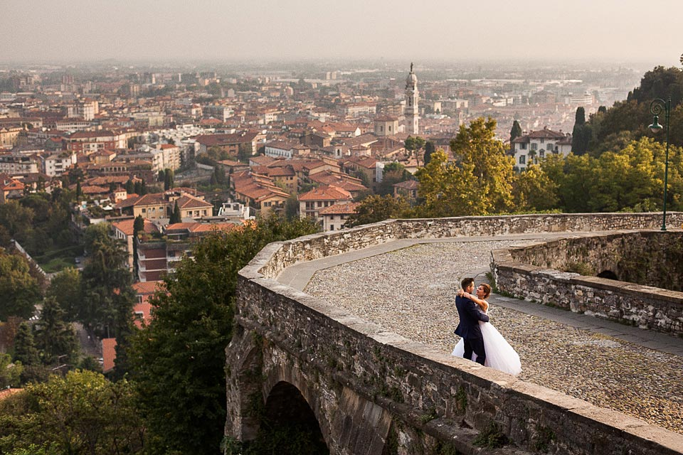 zdjęcie ślubne z panoramą miasta