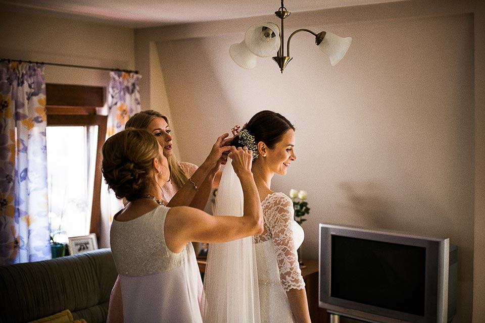 przypinanie welonu panny młodej. fotografia ślubna barlinek