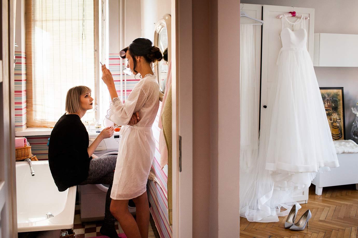 przerwa na papierosa podczas przygotowań ślubnych