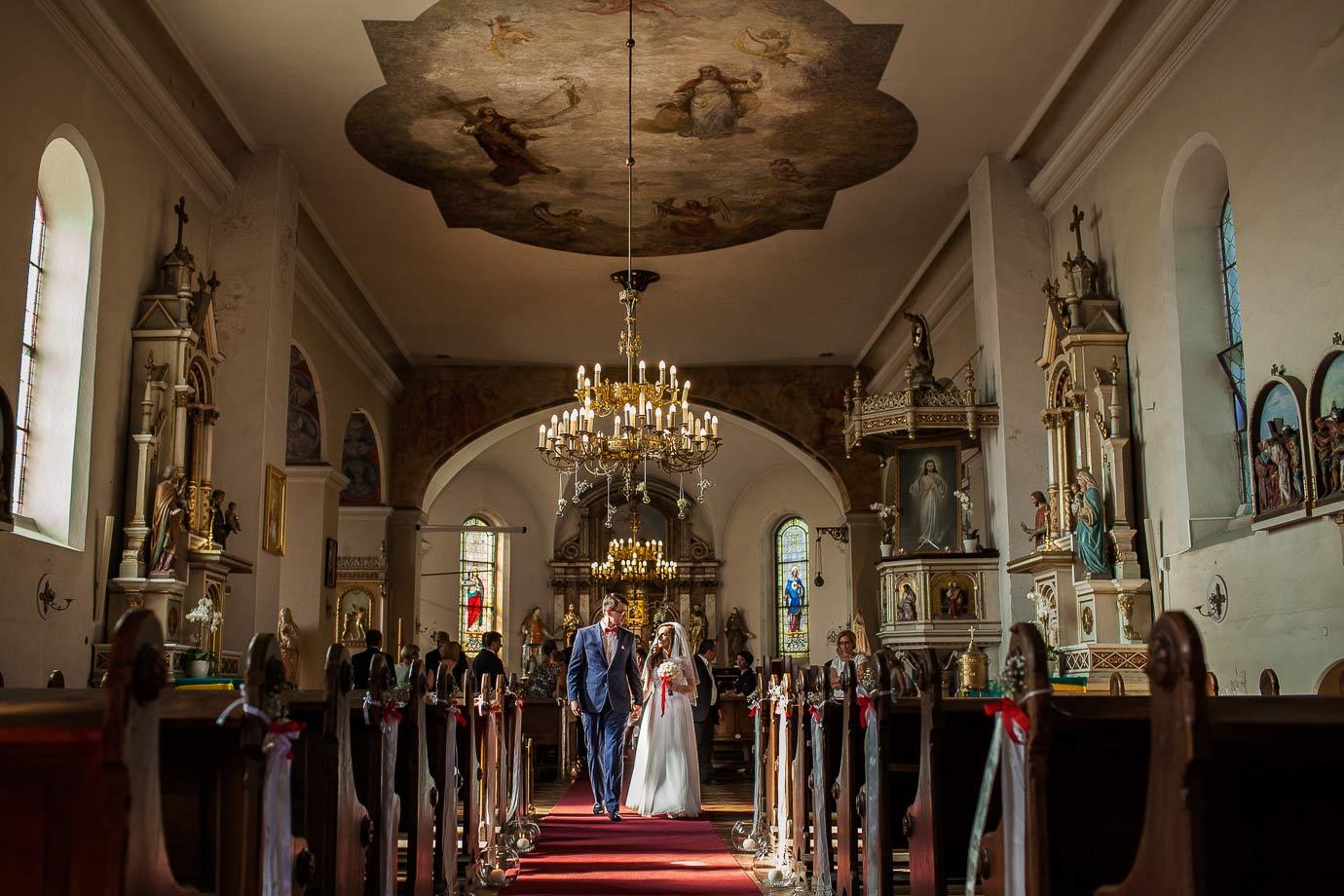 wyjście pary młodej z pięknego kościoła