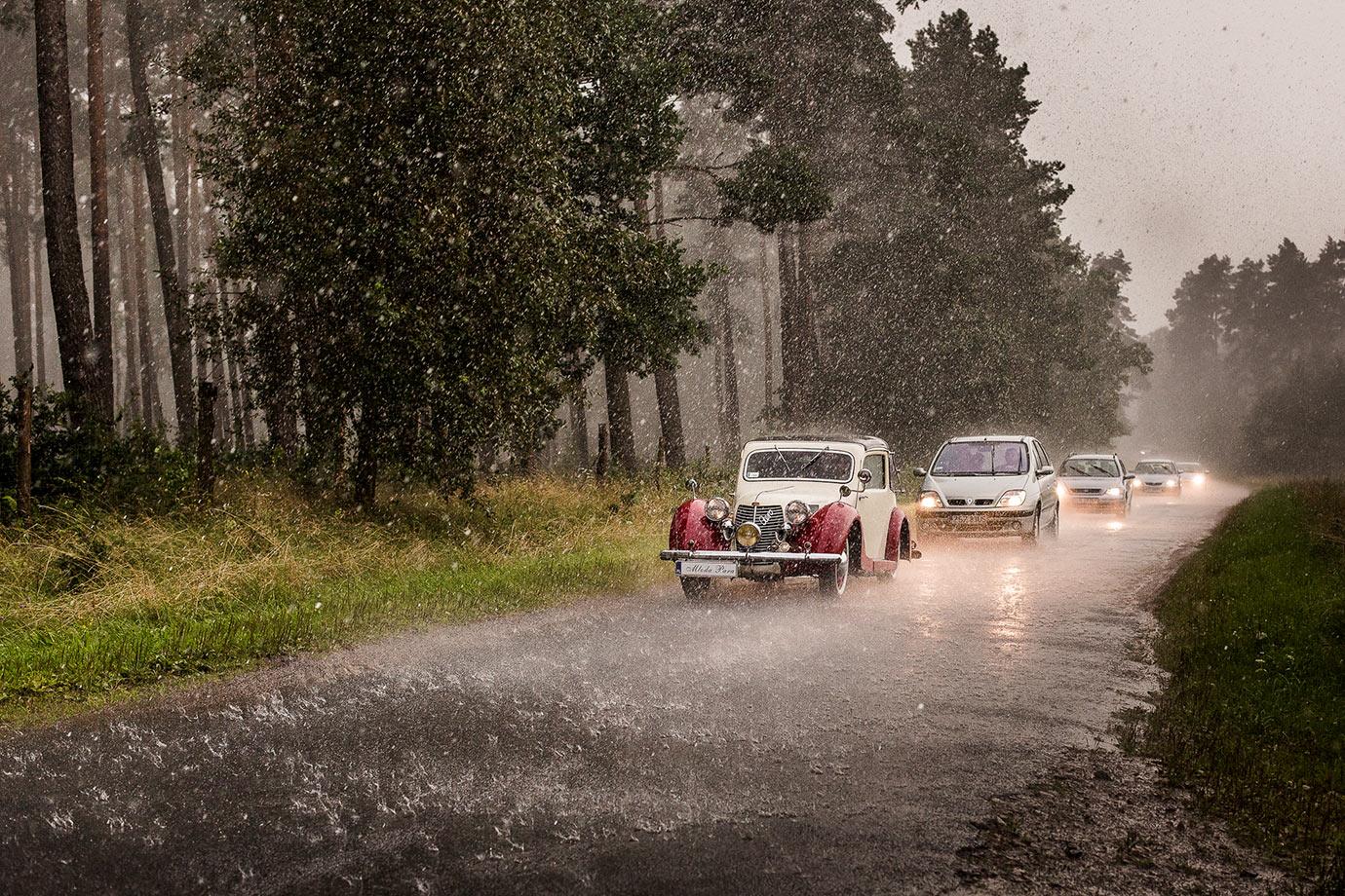 zdjęcie ślubne w deszczu