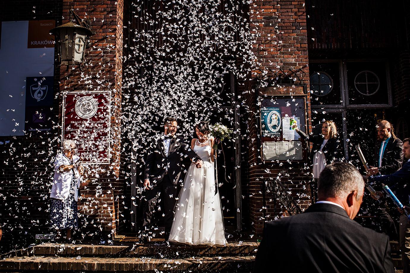 sypanie ryżem podczas ślubu