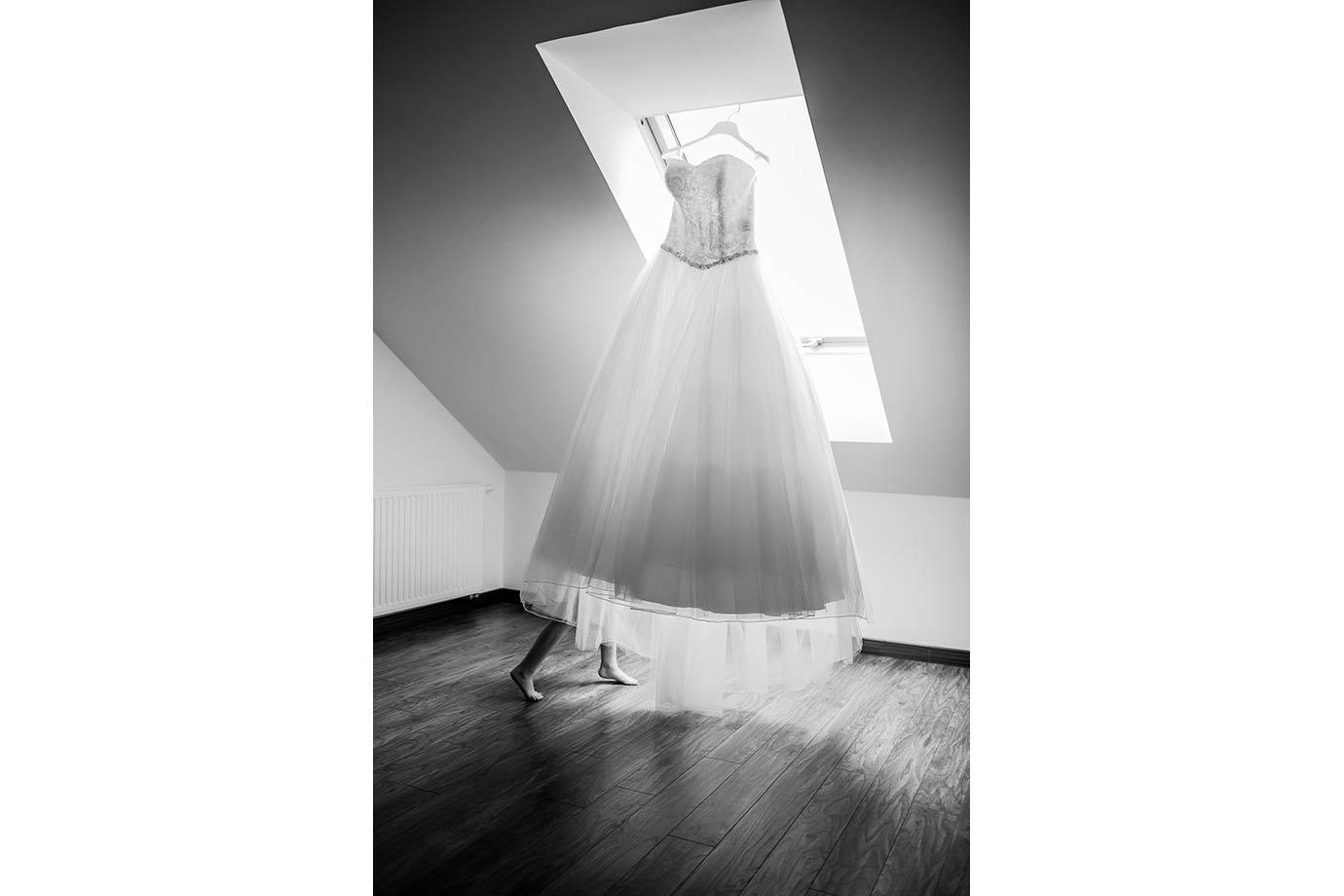 suknia ślubna i biegnąca dziewczynka