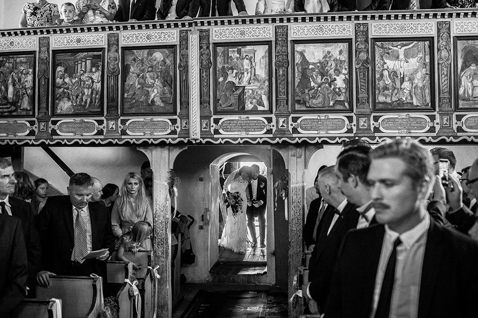 para młoda wchodzi do kościoła