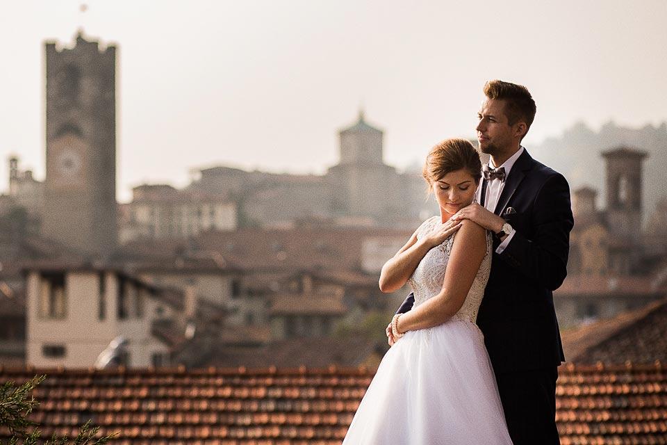 zdjęcia ślubne z dachami w tle