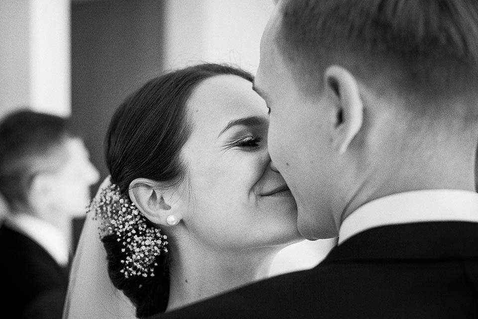 pierwszy pocałunek. fotografia ślubna barlinek