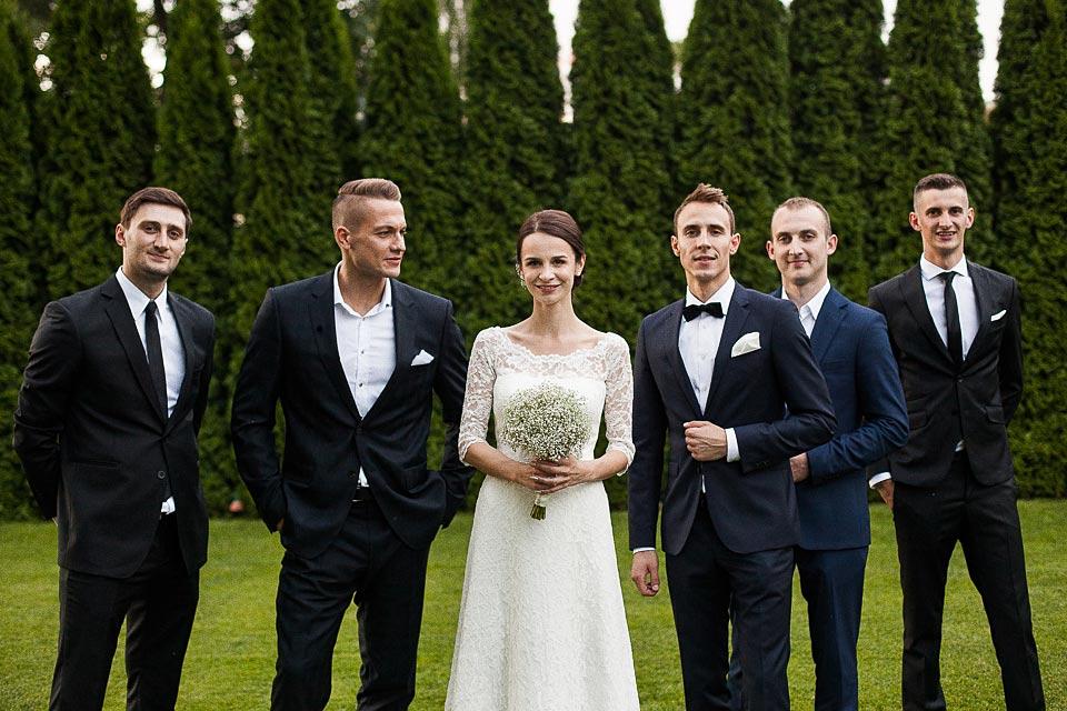 zdjęcia z przyjaciółmi podczas ślubu