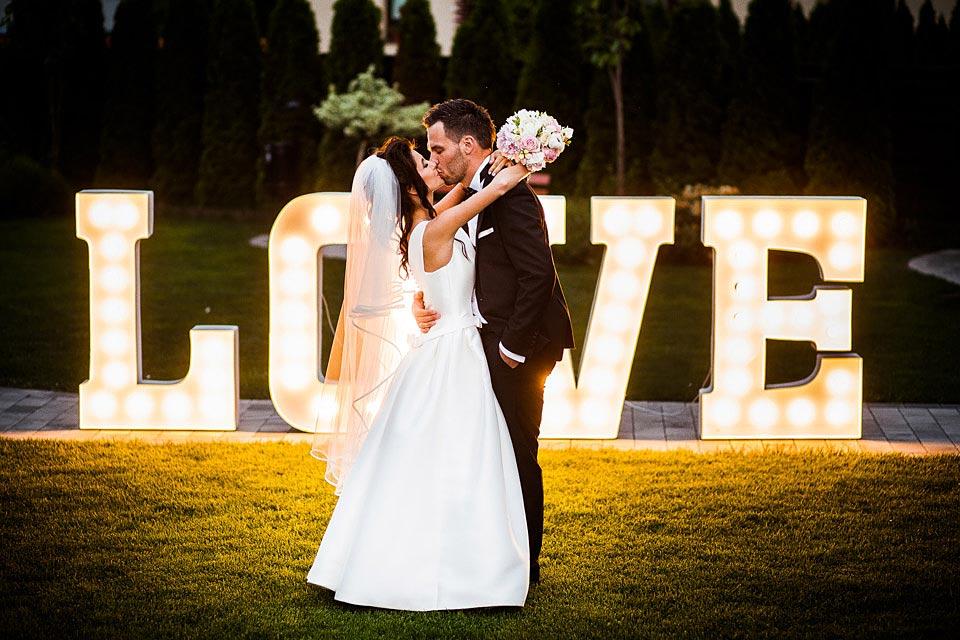 napis love na ślub