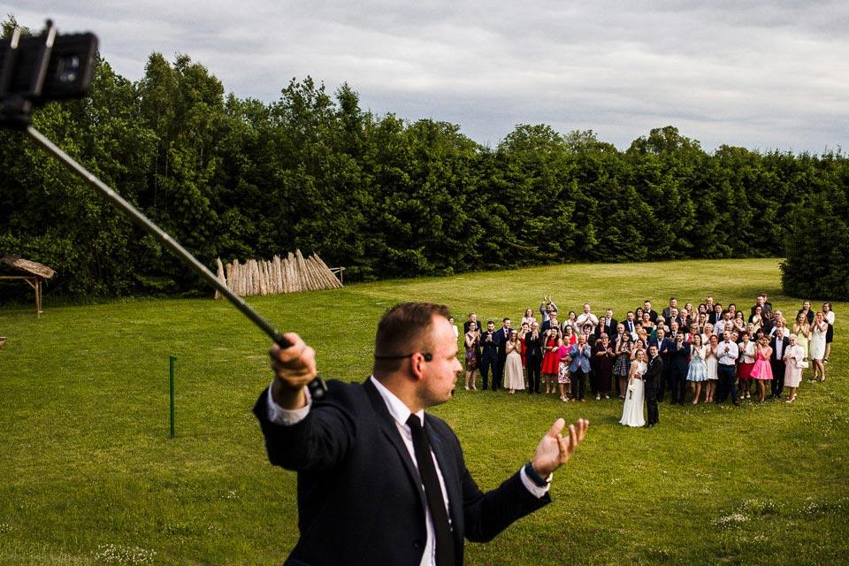 Zdjęcie grupowe na weselu