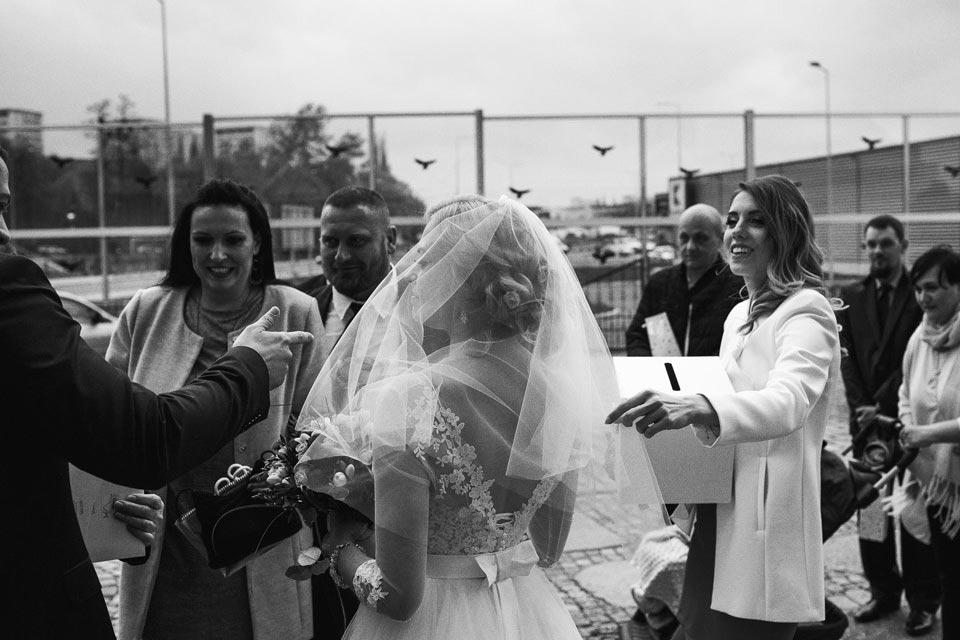 życzenia ślubne przed kościołem