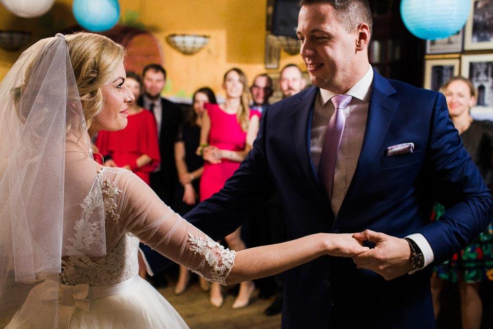 tańcząca para młoda
