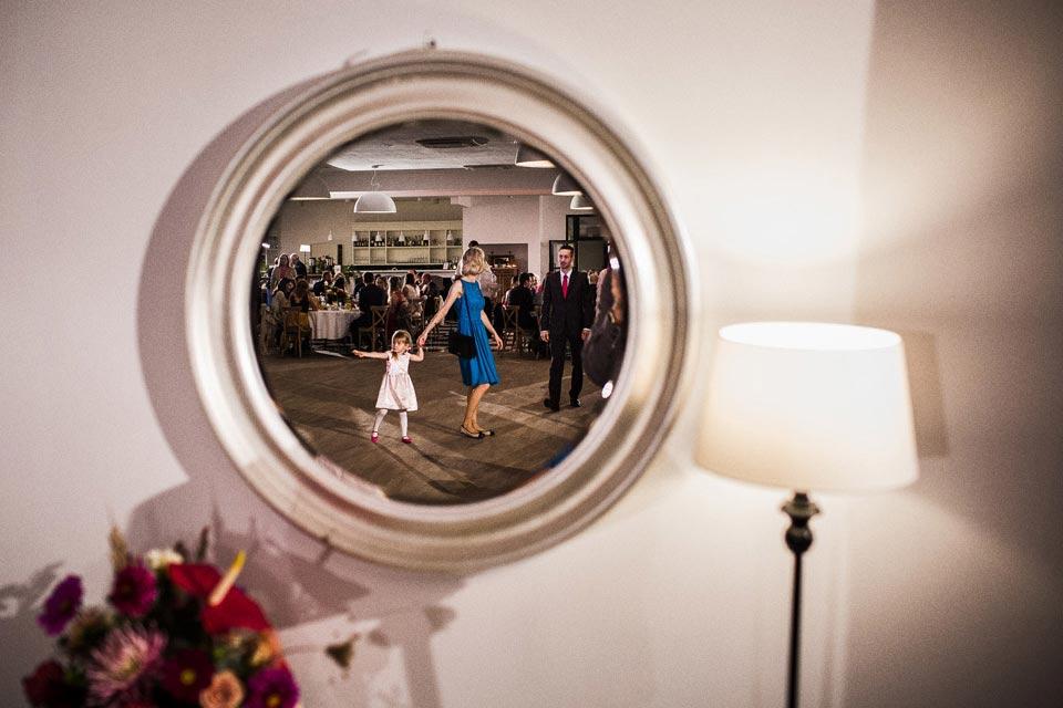 odbicie w lustrze podczas wesela