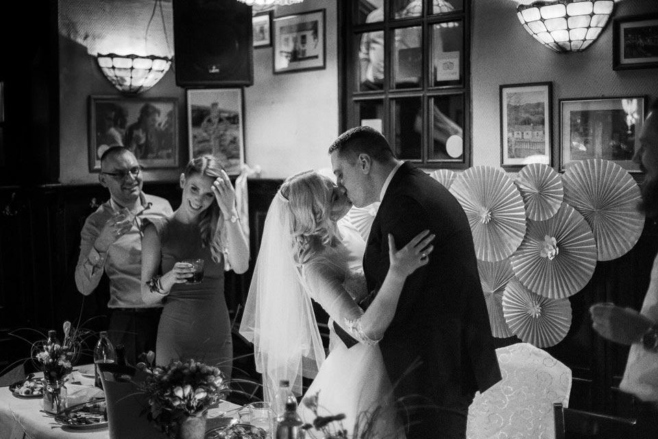pocałunki i toasty na weselu