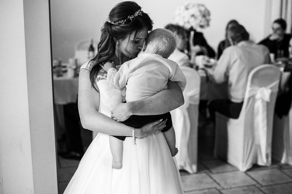 panna młoda z dzieckiem podczas wesela