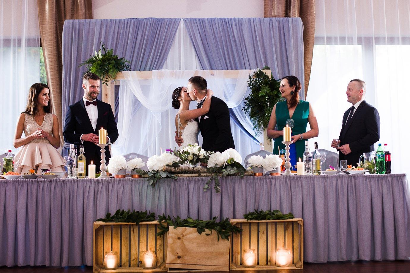 pierwszy pocałunek podczas wesela