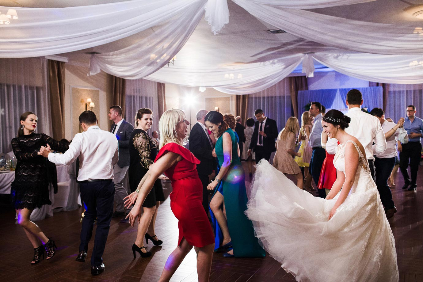 suknia ślubna podczas tańców