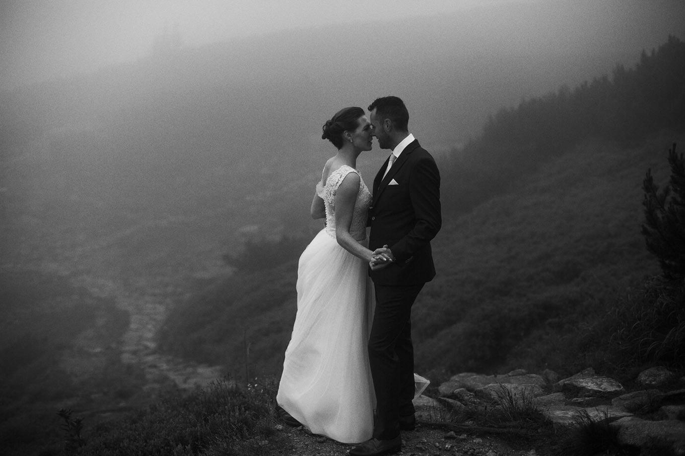 sesja ślubna podczas mgły