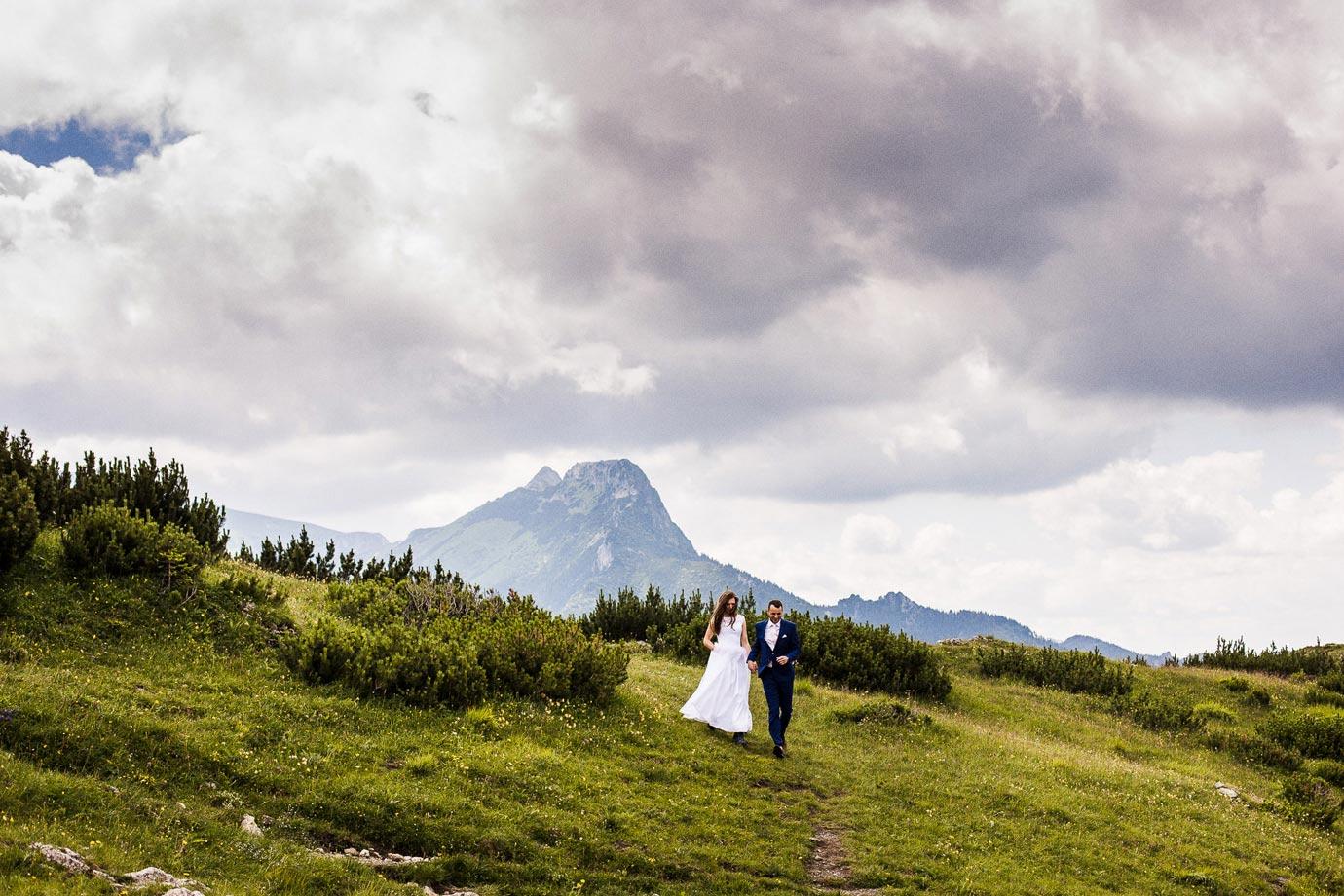 Para ślubna na zboczu górskim