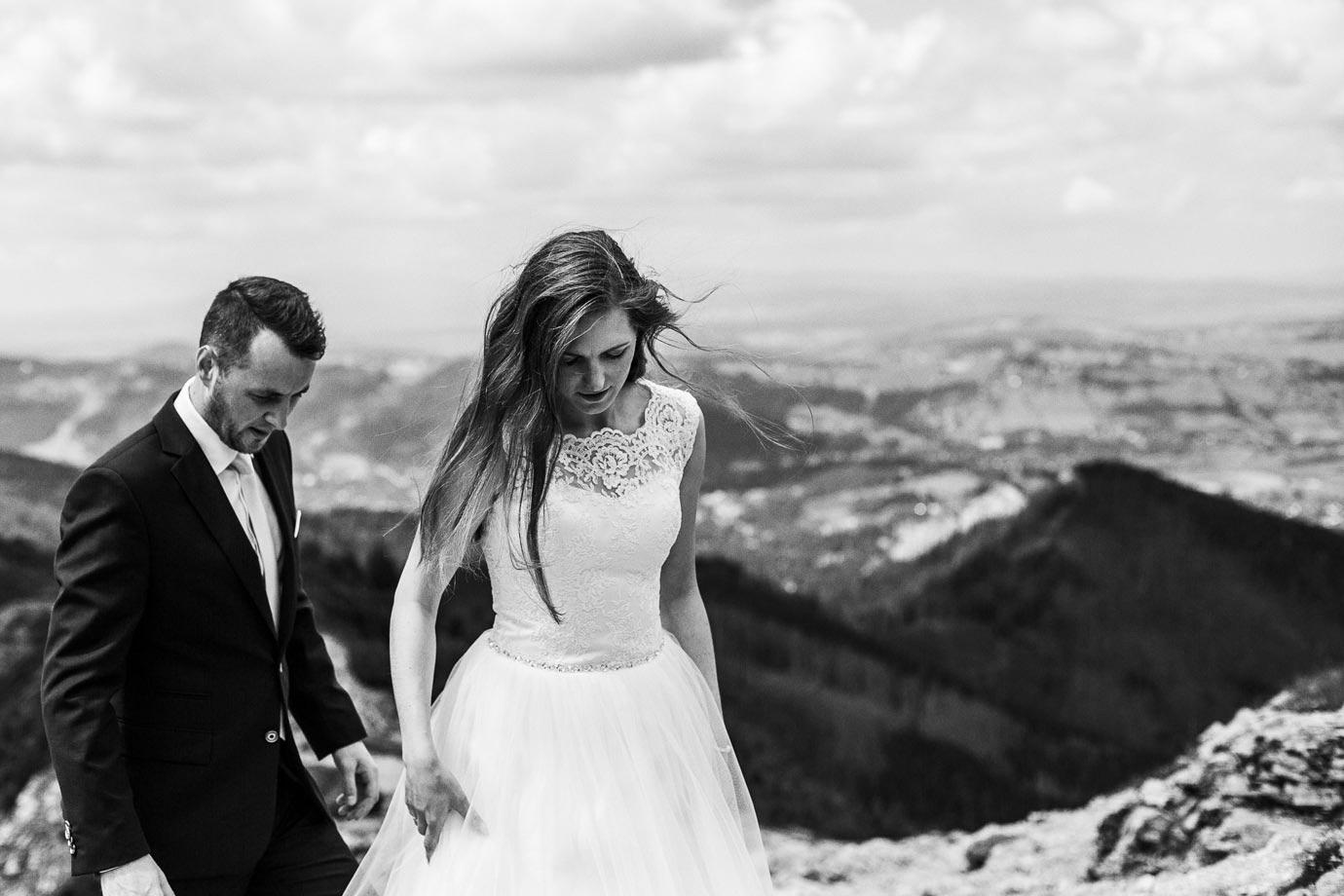 Spacer po górach w sukni slubnej