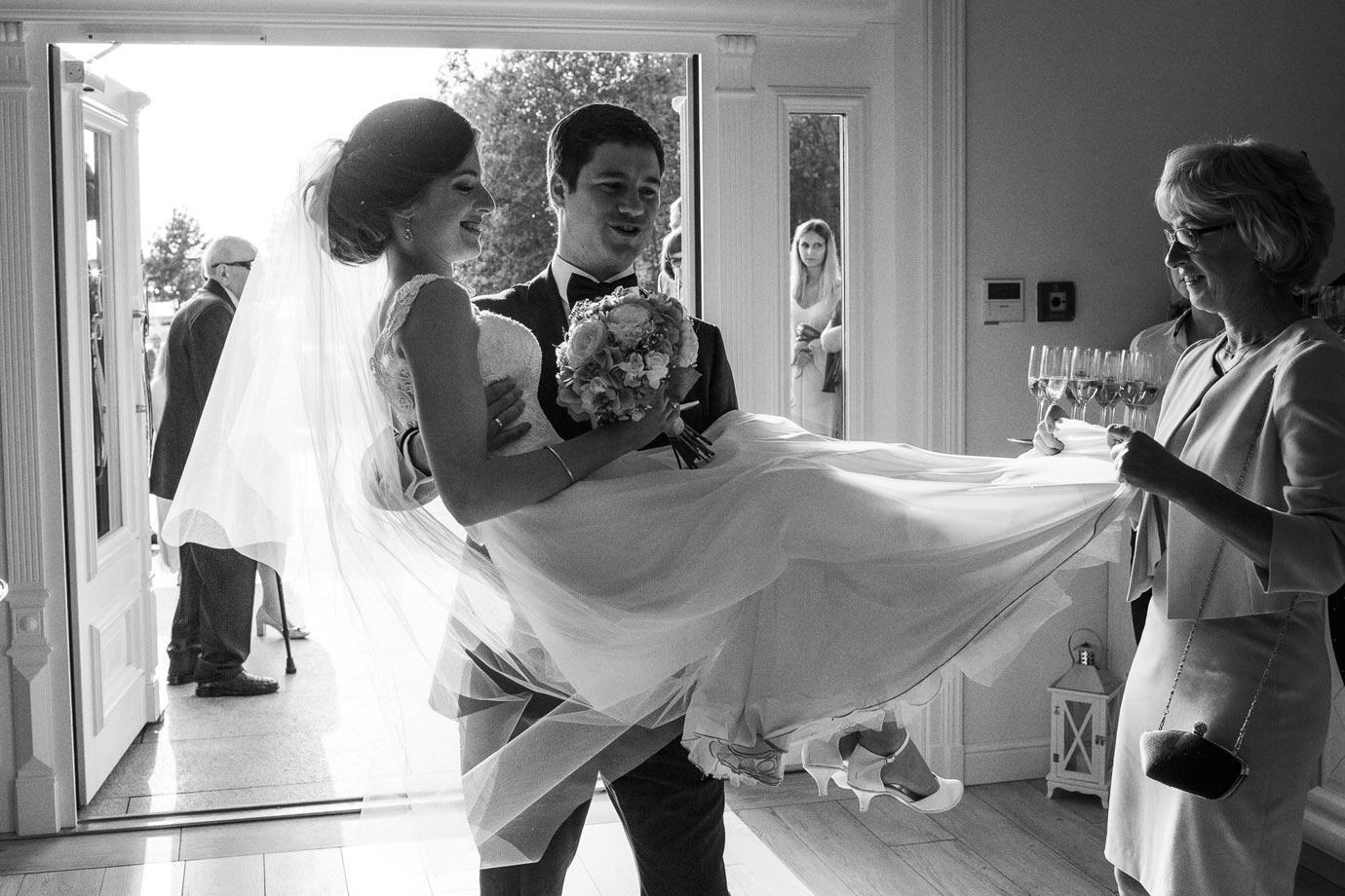 tradycje ślubne, przenoszenie przez próg