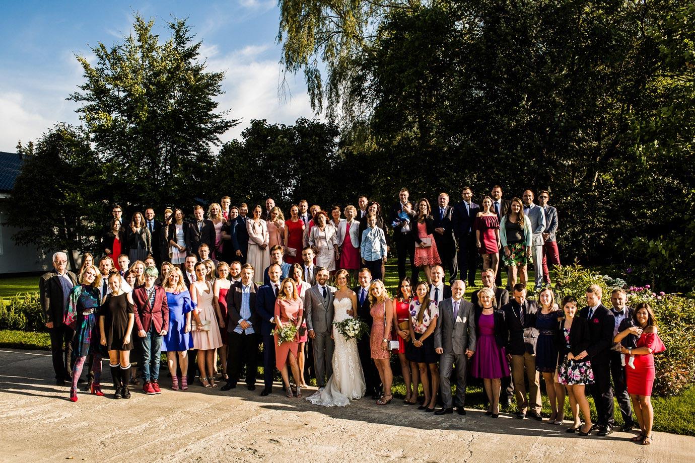 zdjęcie wszystkich gości na weselu