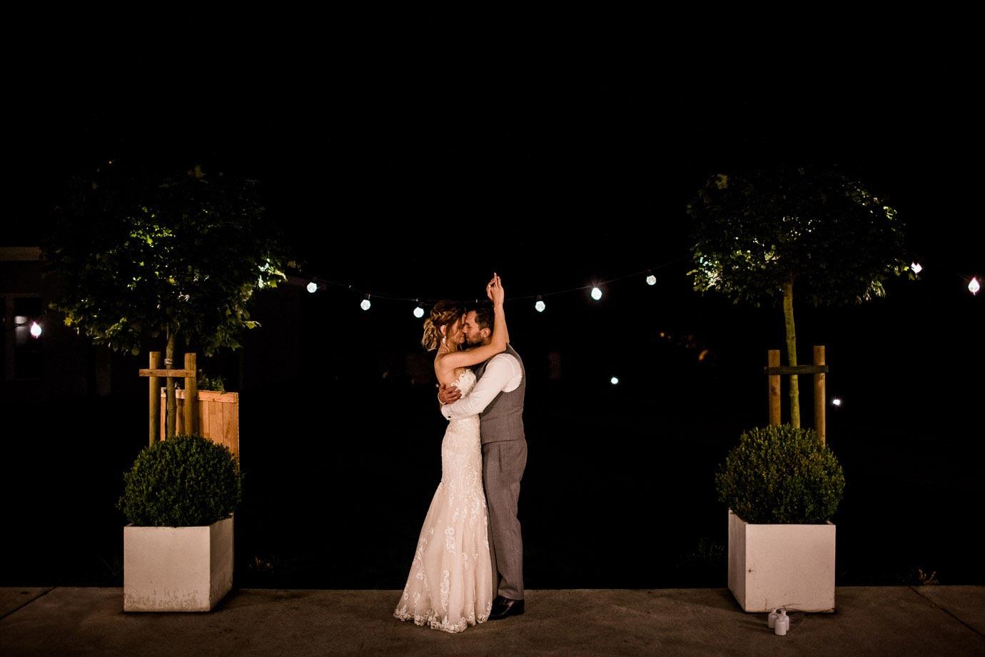 sznury żarówek na ślubie