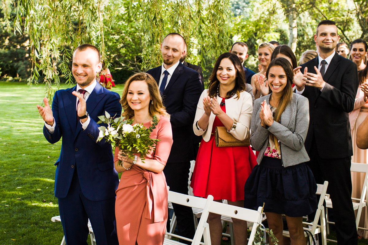 jak się ubrać na plenerowy ślub
