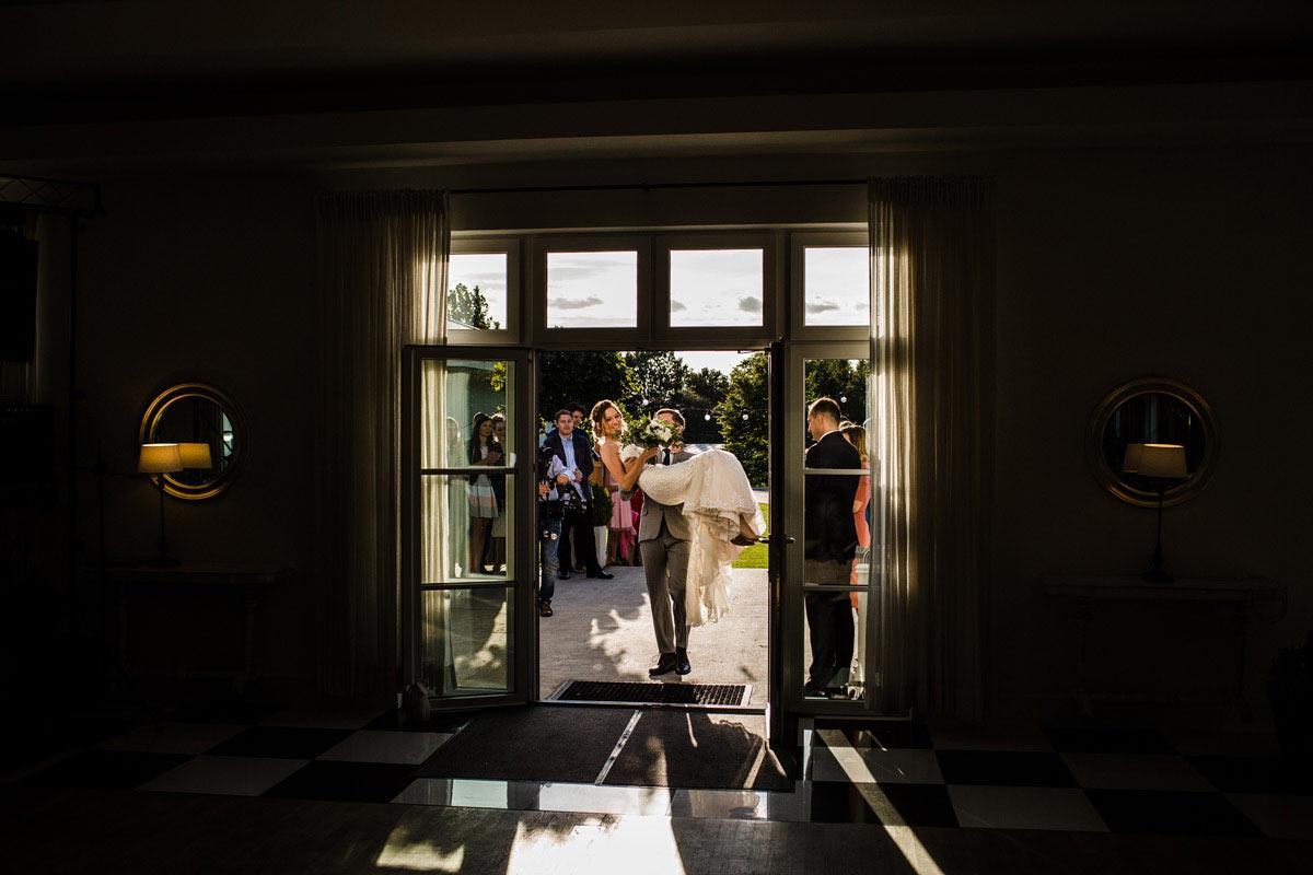 przenoszenie przez próg na weselu
