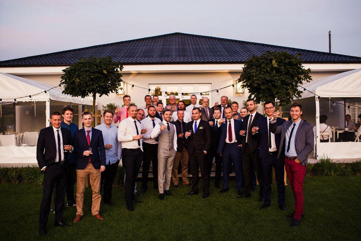 zdjęcie z przyjaciólmi na weselu