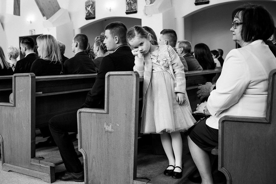 w kościele dzieci się nudzą
