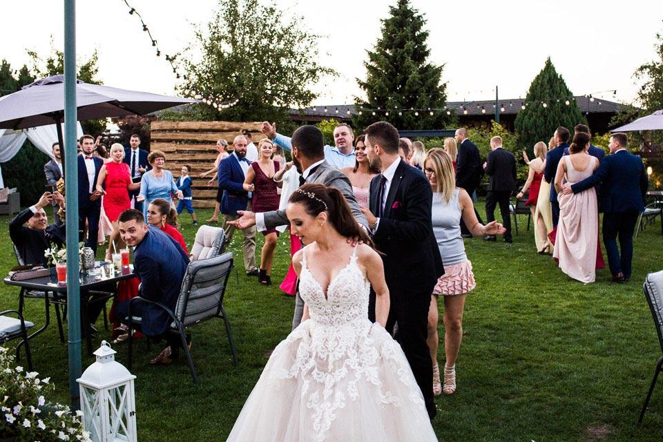 zabawa weselna na trawie
