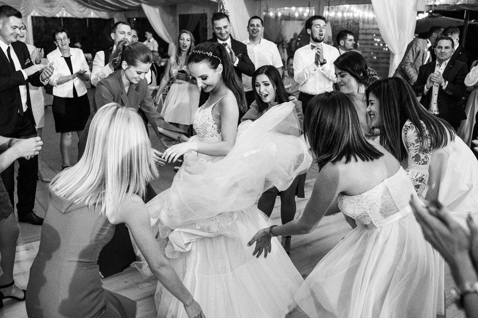 suknia ślubna w tańcu