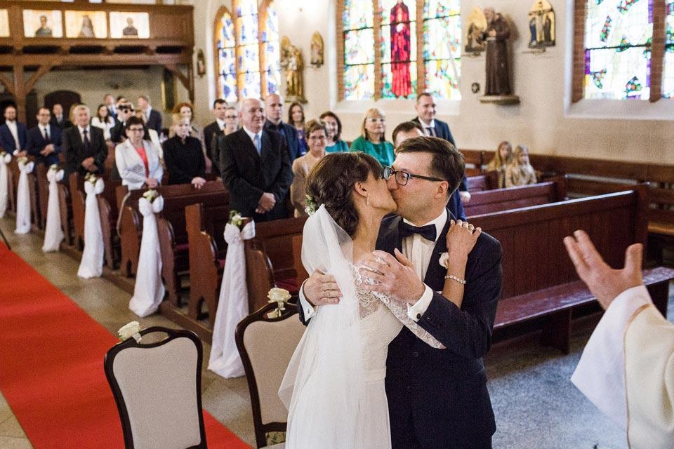 pierwszy pocałunek w kościele