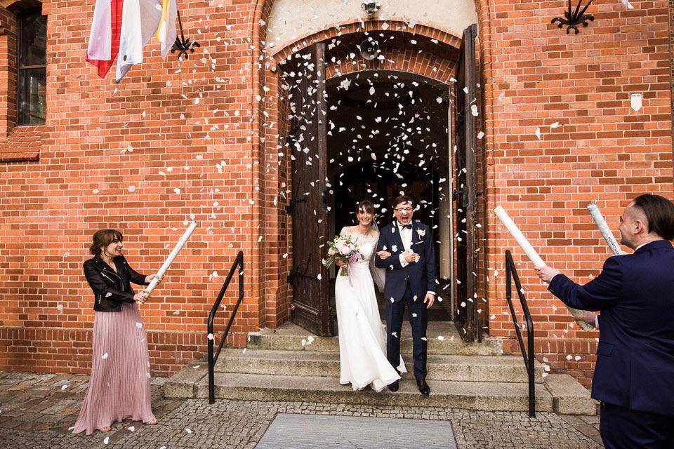 wyjście z kościoła na ślubie