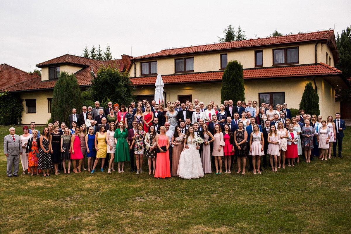 zdjęcie grupowe na ślubie