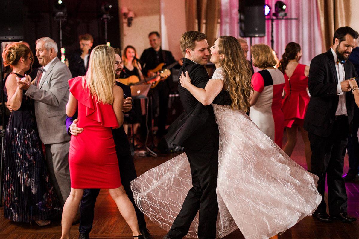 tańce na weselu w domu nad jeziorem w silnowie
