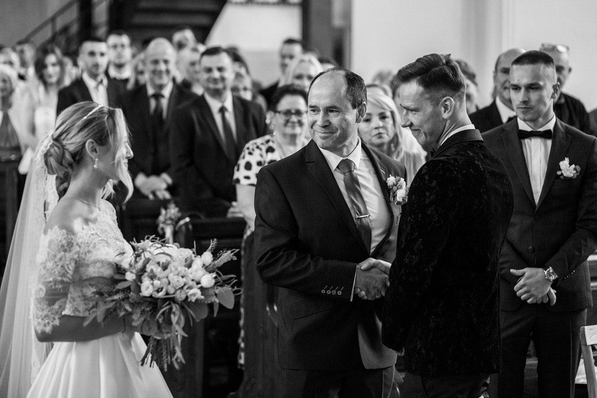 tata odprowadza panne młodą do ślubu