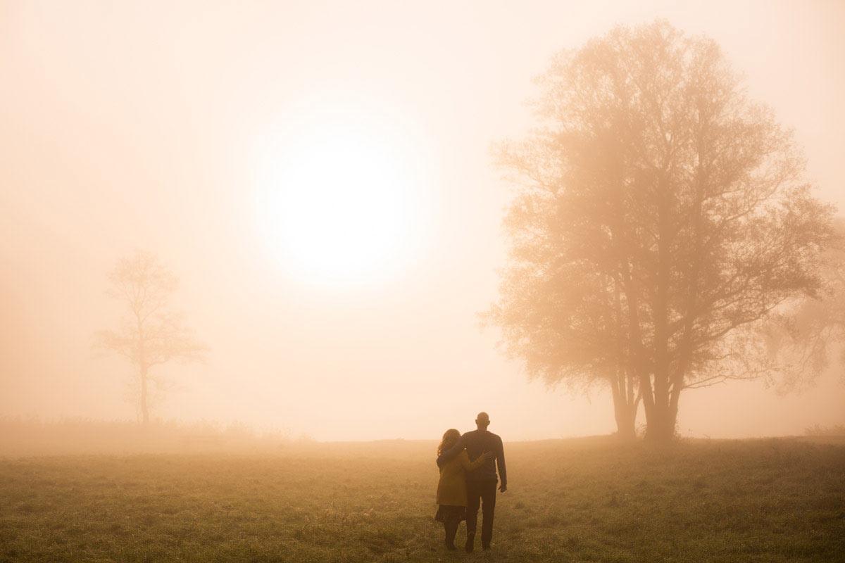 sesja narzeczeńska we mgle