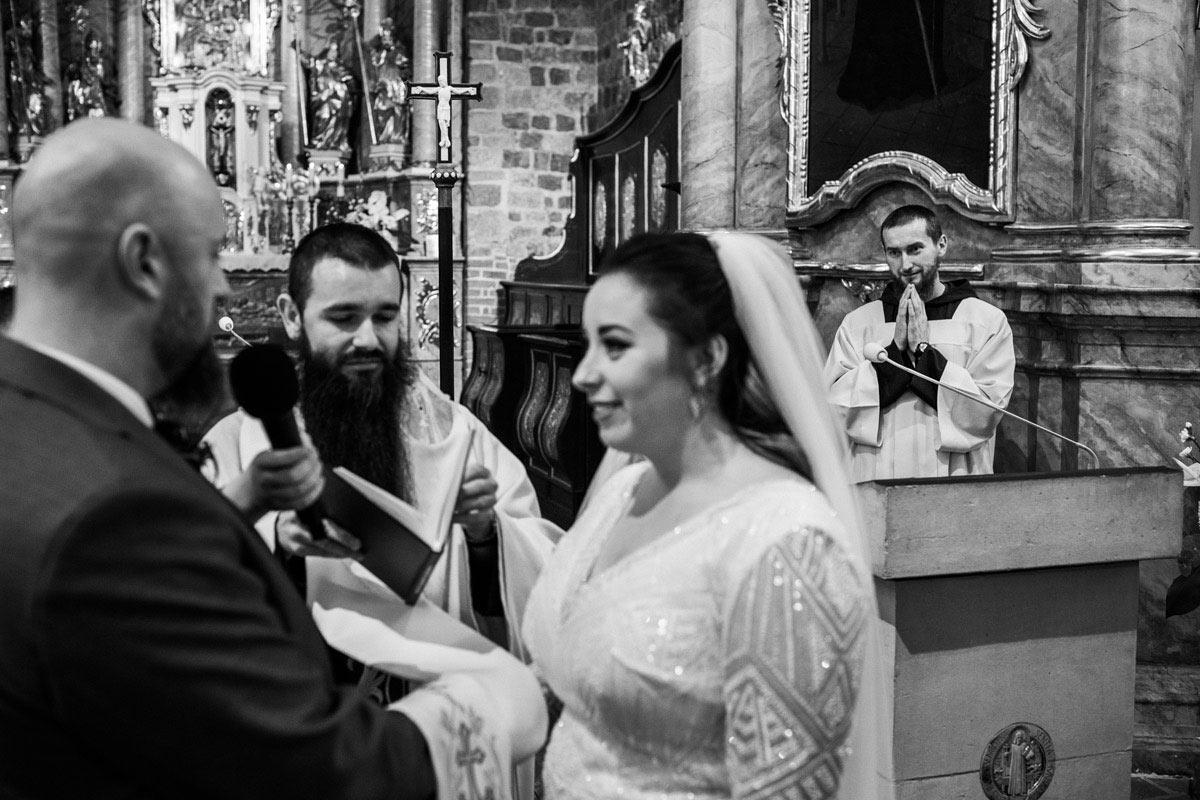ksiądz wzrusza się podczas przysięgi ślubnej