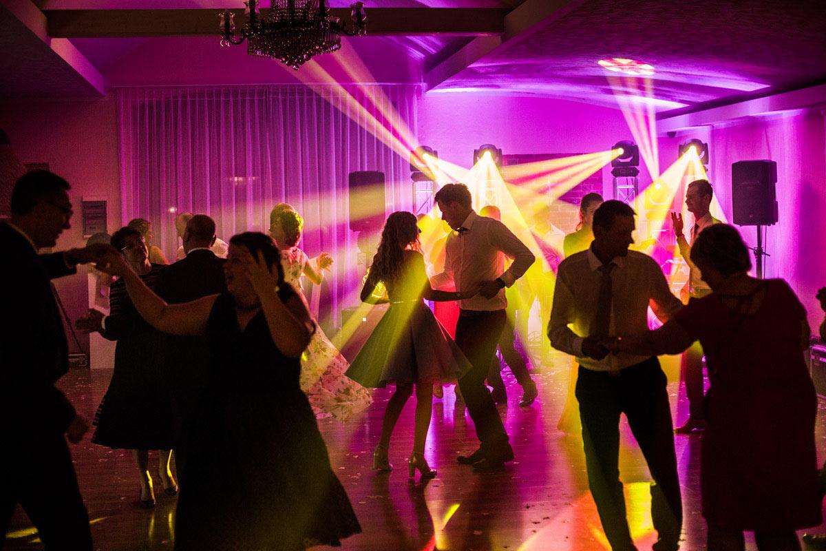 dobre oświetlenie na weselu