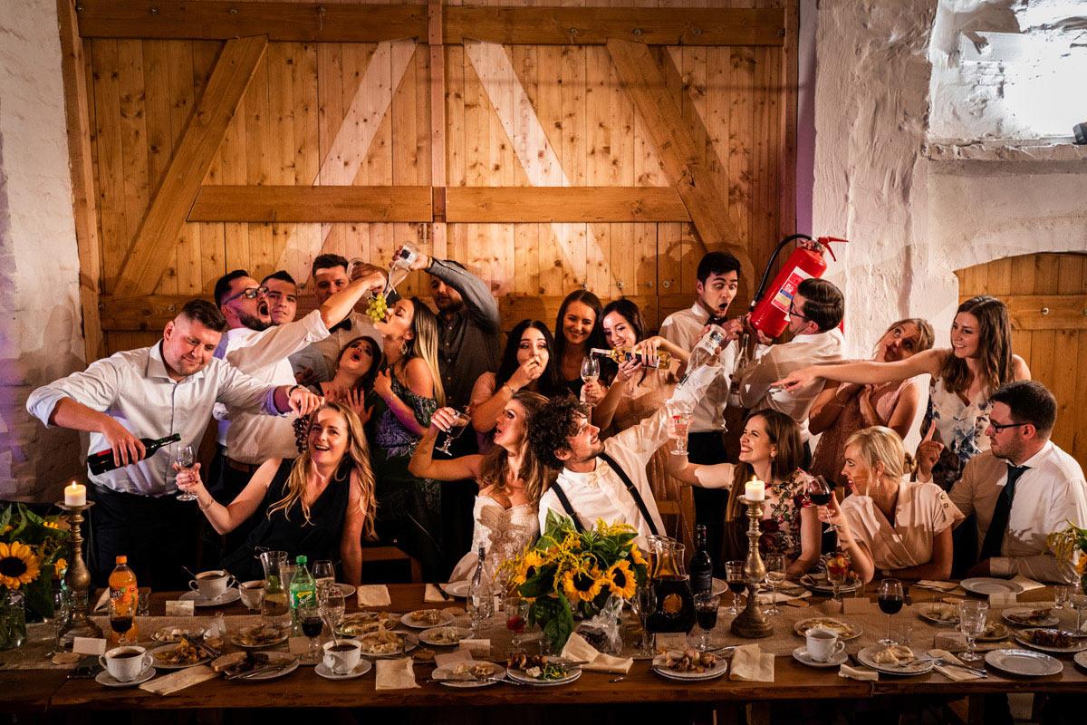 zdjęci z a przyjaciółmi na weselu